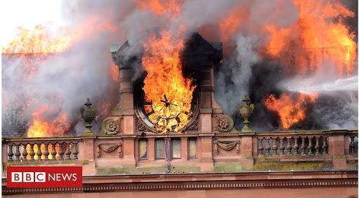 Egy újabb építkezés alatt keletkezett tűz: Leégett a felújítás alatt álló belfasti óriás áruház, a Primarkt történelmi épülete!